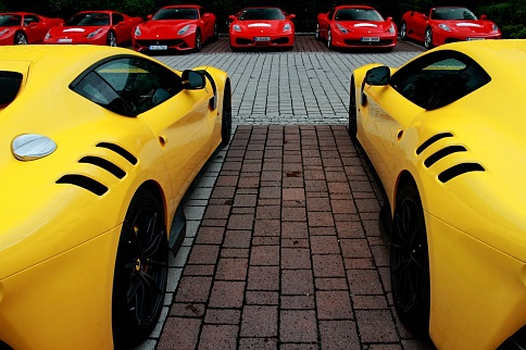 """Das größte Ferrari-Event Europas macht dieses Jahr Station in Ellmau am Wilden Kaiser. Über 100 Ferraris aus fünf Nationen werden das """"Bergdoktor-Dorf"""" zum Mekka für Ferrari-Fans machen.  Um ca. 14:00 Uhr parken alle Boliden mitten im Ortszentrum von Ellmau. Hier hat man die Möglichkeit mit dem Mythos Ferrari auf Tuchfühlung zu gehen. Als ganz besonderes Highlight  wird sogar der teuerste Ferrari der Welt (Modell F-50, Kosten ca. 1,6 Mio Euro) zu sehen sein."""